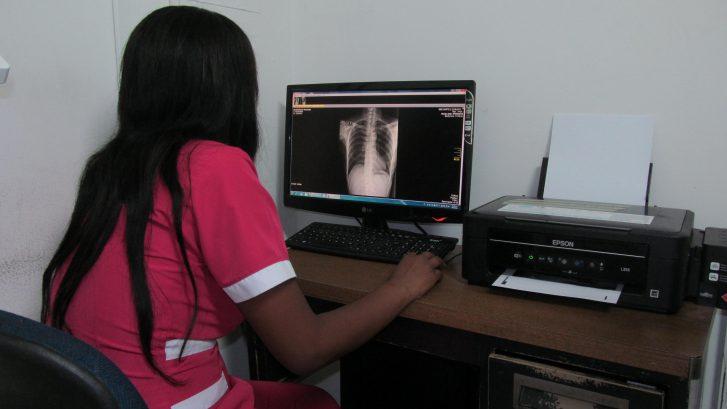 examinando-el-la-radiografia-de-ese-norte-2-corinto-cauca-colombia